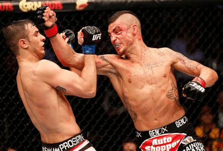 D. Sanchez (dir.) tenta conectar um soco em M. Jury (esq.) no UFC 171. Foto: Josh Hedges/UFC