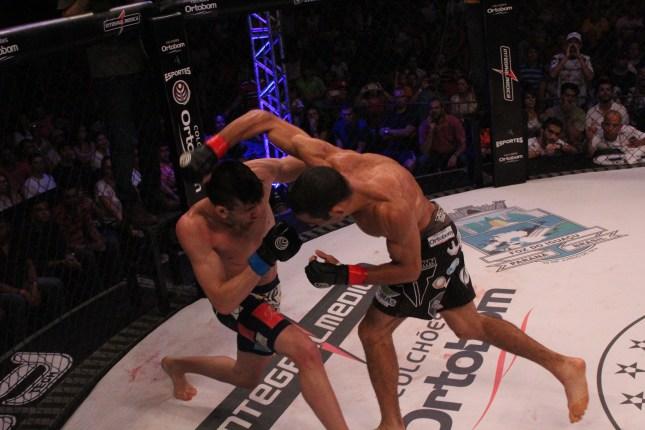 Bilharinho e Israel fizeram luta no Jungle Fight 67. Foto: Divulgação/Leonardo Fabri