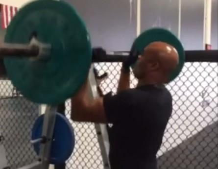 Anderson faz treinamento para os ombros. Foto: Reprodução/Instagram