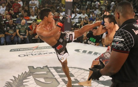 Paulinho Capoeira golpeia Ceará. Foto: Fred Pontes/Jungle Fight