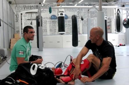 V. Belfort (esq.) e Kelly Slater (dir.) durante encontro em 2010. Foto: Divulgação