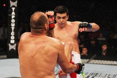 Lyoto nocauteia Couture com rara plástica no golpe. Foto: Josh Hedges/UFC