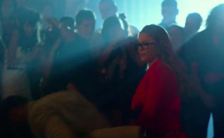 """De óculos e vestido vermelho, Rousey aparece em """"Os Mercenários 3"""". Foto: Reprodução/YouTube"""