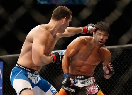 Weidman (esq.) conectou bons golpes em Machida (dir.) em pé. Foto: Divulgação/UFC