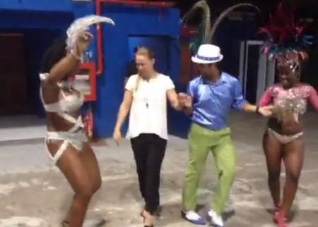 Ronda samba ao lado dos passistas da Acadêmicos da Rocinha. Foto: Reprodução/Vine