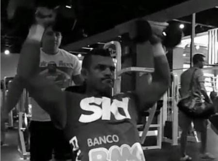 Vitor durante sequência de exercícios para os ombros. Foto: Reprodução/Instagram