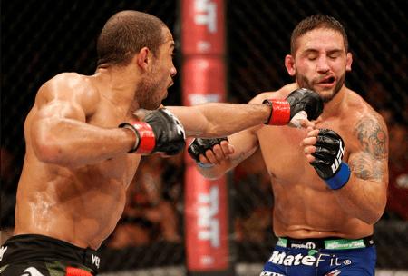 Polêmicos golpes foram aplicados por J. Aldo (esq.) em C. Mendes (dir.) no fim do R1. Foto: Josh Hedges/UFC