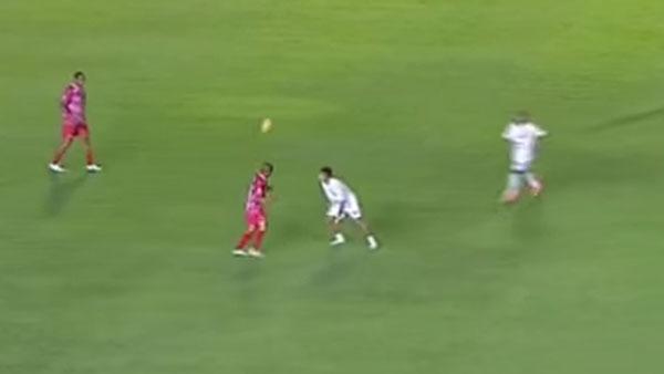 Aldo (de vermelho) aplica lindo chapéu em Neymar. Foto: Reprodução/Youtube
