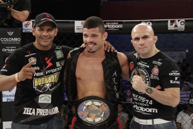 Junior Alpha após vitória. Foto: Vinicius Stasolla/Jungle Fight