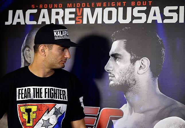 Em setembro, Mousasi exibia o patrocínio que hoje lhe traz dor de cabeça. Foto: Josh Hedges/UFC
