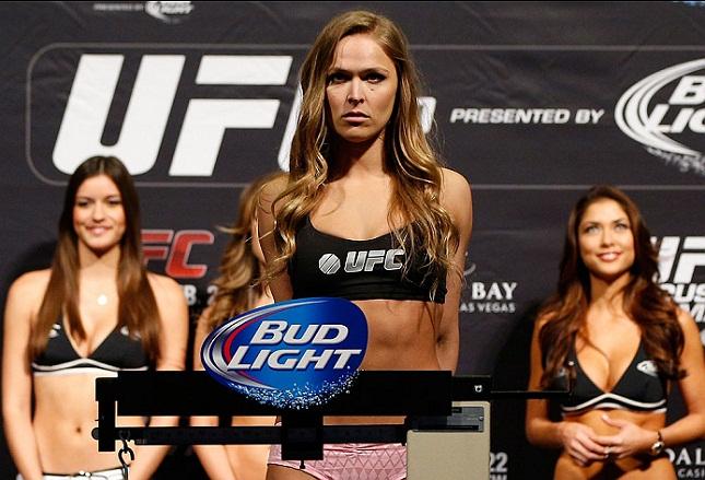 R. Rousey (foto) faz sua quinta defesa de cinturão neste sábado (28). Foto: Josh Hedges/UFC