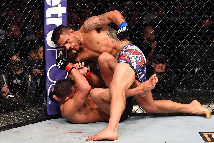 No solo, Rafael castigou Pettis com vários socos no solo. Foto: Josh Hedges/UFC