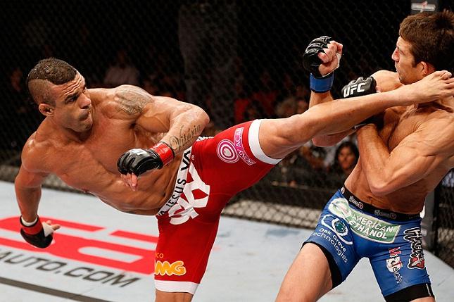 É claro que o chute alto sobre Rockhold (dir.) está na lista de V. Belfort (esq.). Foto: Josh Hedges/UFC