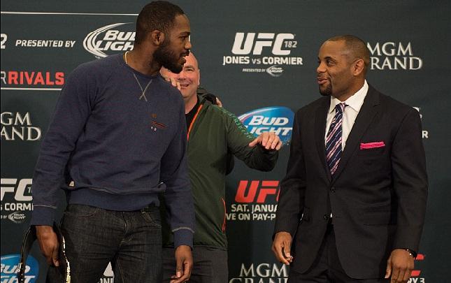 Cormier (dir.) e Jones (esq.) se enfrentaram em janeiro deste ano. Foto: Josh Hedges/UFC