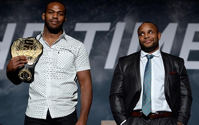 DC (dir.) e Jones (esq.) se enfrentaram pela primeira vez em janeiro de 2015. Foto: Josh Hedges/UFC