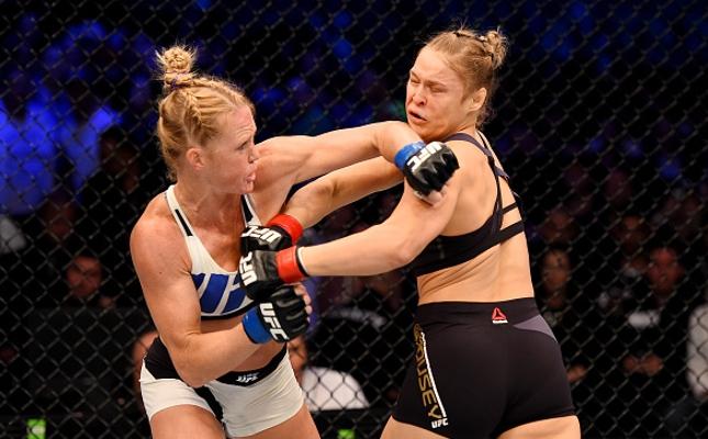 Holm (esq.) foi implacável contra Ronda (dir.) em Melbourne. Foto: Josh Hedges/UFC