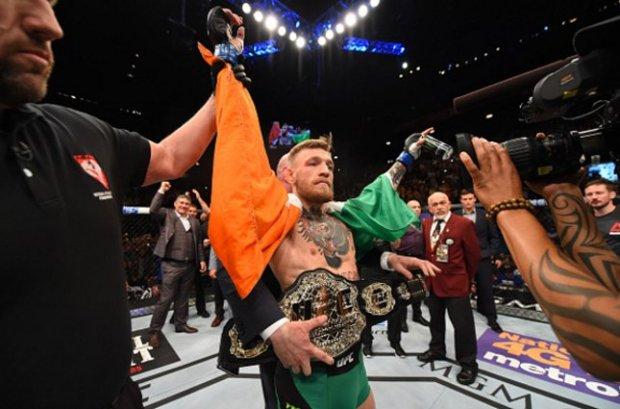 Conor recebe o cinturão linear dos penas do Ultimate. Foto: Josh Hedges/UFC