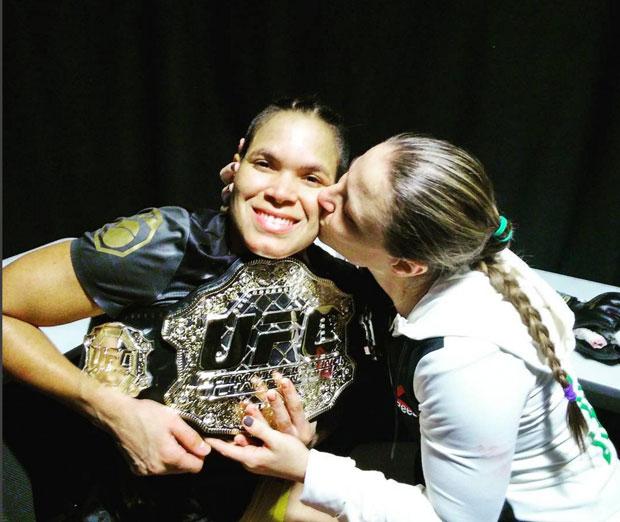 Amanda (esq.) ao lado de Nina, também lutadora do UFC