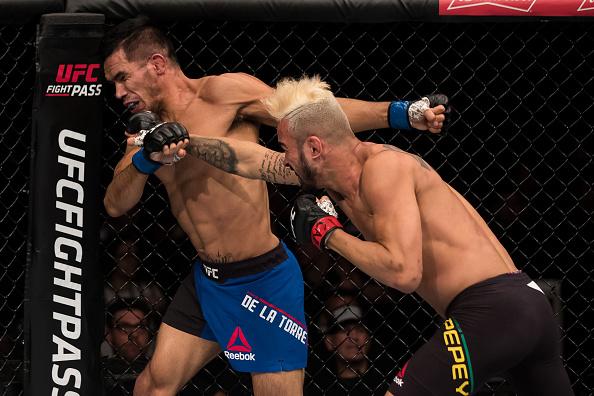 Pepey (dir) dominou seu adversário na abertura do card preliminar (Foto: Getty Images)