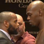D. Cormier (esq) pega J. Jones (dir) no UFC 214 (Foto: Reprodução Youtube UFC)
