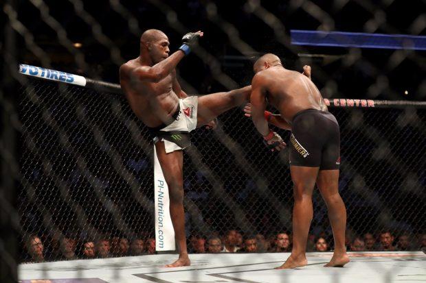 Jones nocauteou Cormier (Foto: Reprodução/Twitter UFC Brasil)