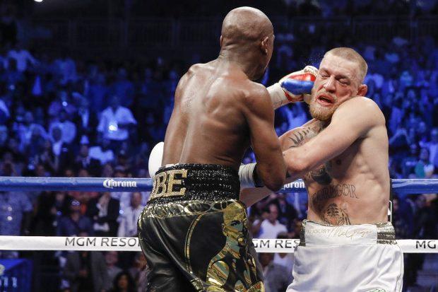 Mayweather acerta golpe em McGregor (Foto: Reprodução Twitter Showtime)