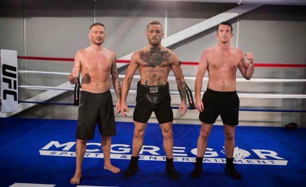 Kavanagh (esq) com McGregor (centro) (Foto: Reprodução Twitter coach_kavanagh)