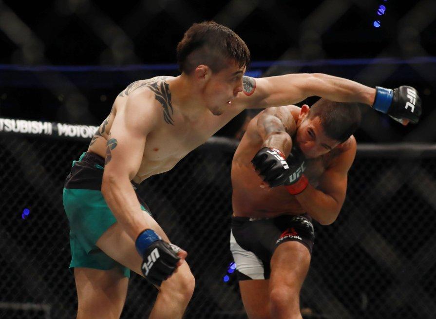 Pettis (dr.) bateu Moreno (esq.) no UFC México. Foto: Reprodução / Twitter / UFC
