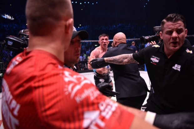 Parke reage a agressão (Foto: Reprodução Twitter KSW_MMA)