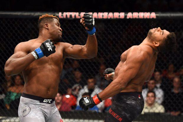 Ngannou (esq.) nocauteou  Overeem (dir.) no UFC 218. Foto: Reprodução / Facebook UFC