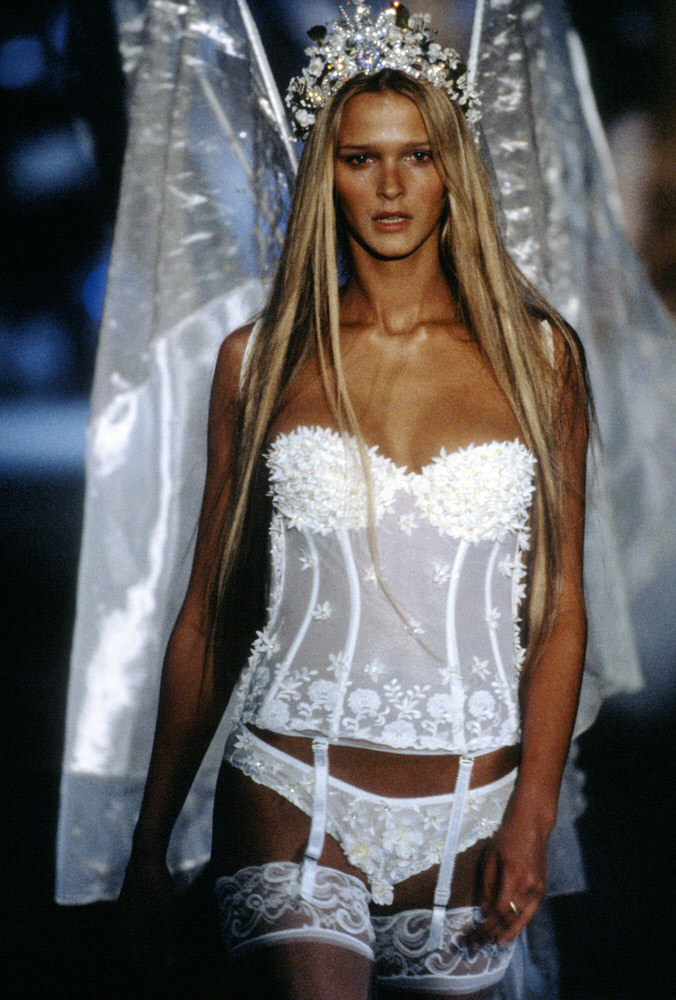 Victoria's Secret Fashion Show 1999 – Runway – Carmen Kass [x 3]