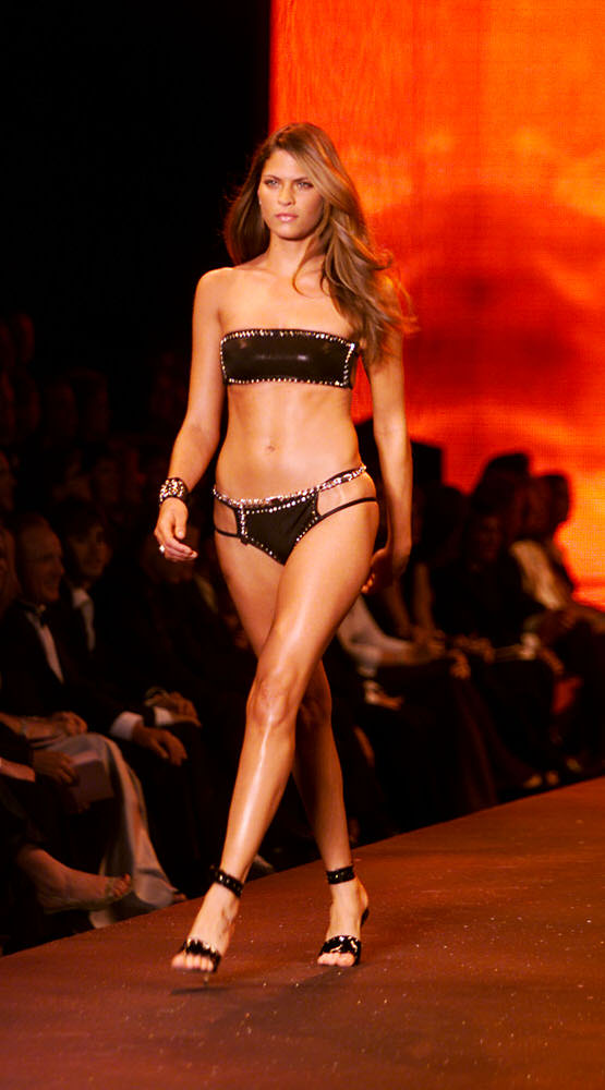 Victoria's Secret Fashion Show 2000 – Runway – Frankie Rayder [x 2]