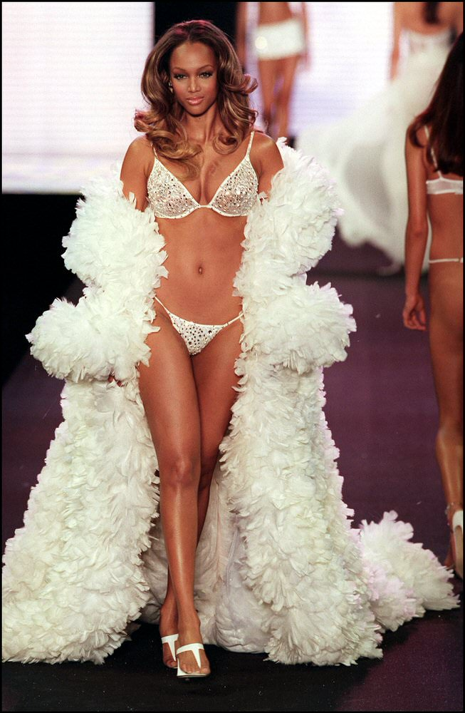 Victoria's Secret Fashion Show 2000 – Runway – Tyra Banks [x 11]