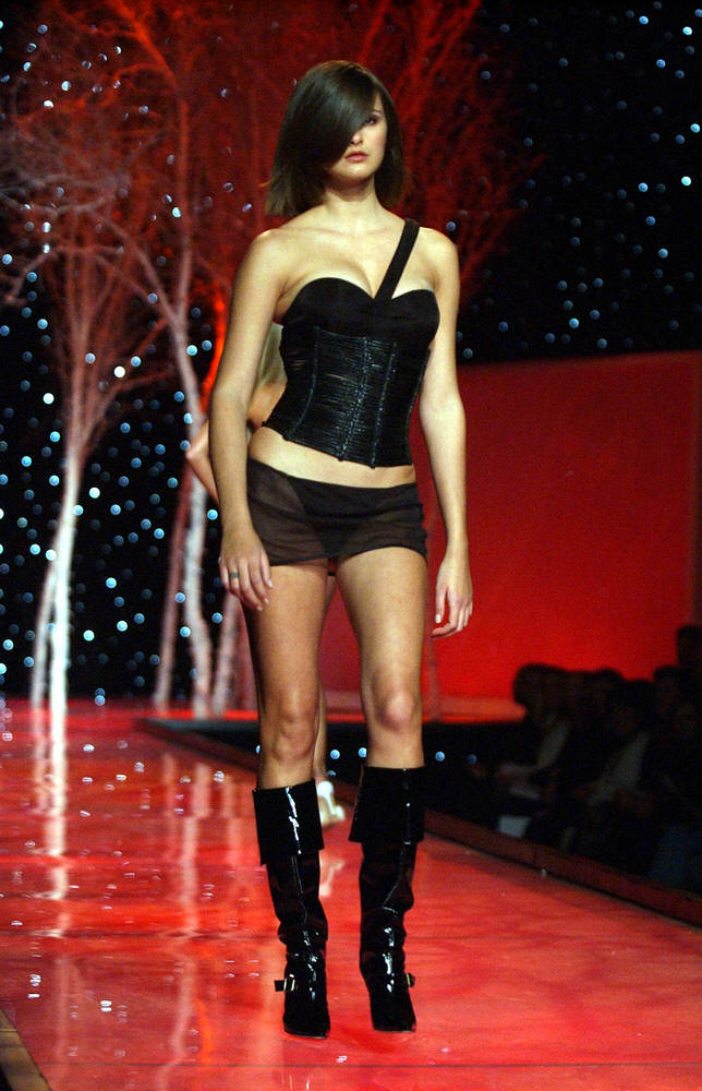 Victoria's Secret Fashion Show 2001 – Runway – Trish Goff [x 14]
