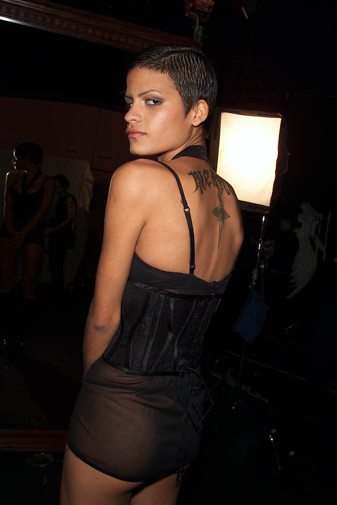 Victoria's Secret Fashion Show 2001 – Backstage – Omahyra Mota [x 2]