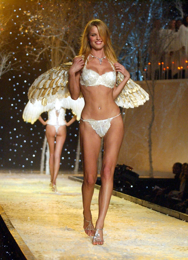 Victoria's Secret Fashion Show 2001 – Runway – Eva Herzigova [x 41]