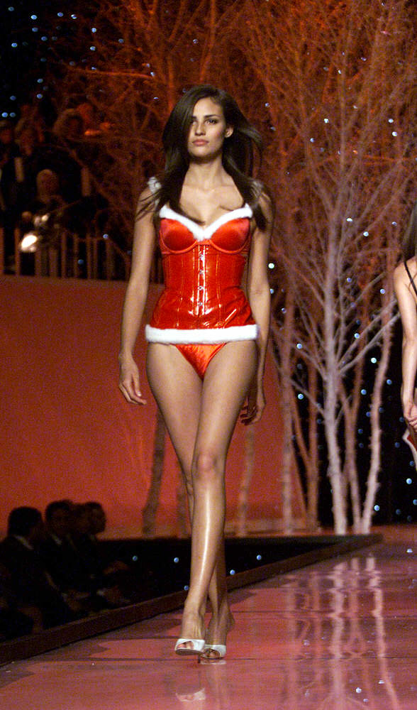 Victoria's Secret Fashion Show 2001 – Runway – Fernanda Tavares [x 23]