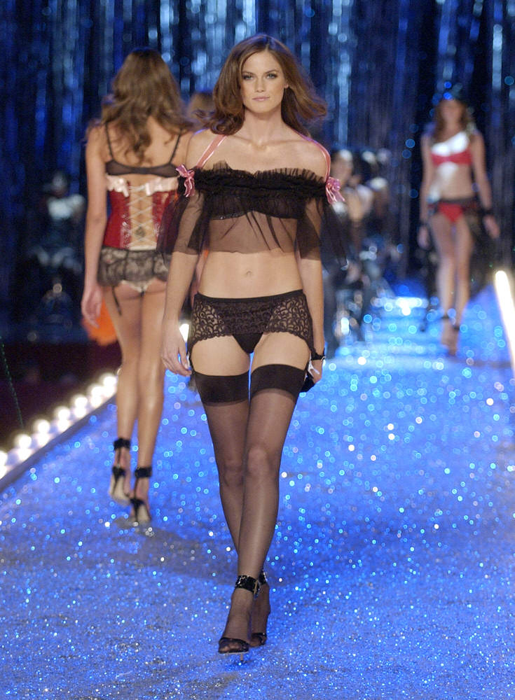 Victoria's Secret Fashion Show 2003 – Runway – 2 Razor Sharp Latex Ladies – Mini Anden [x 7]