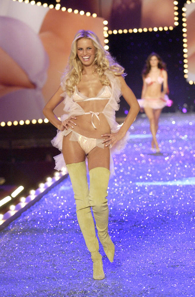 Victoria's Secret Fashion Show 2003 – Runway – 4 Sexy Kittens – Karolina Kurkova [x 30]