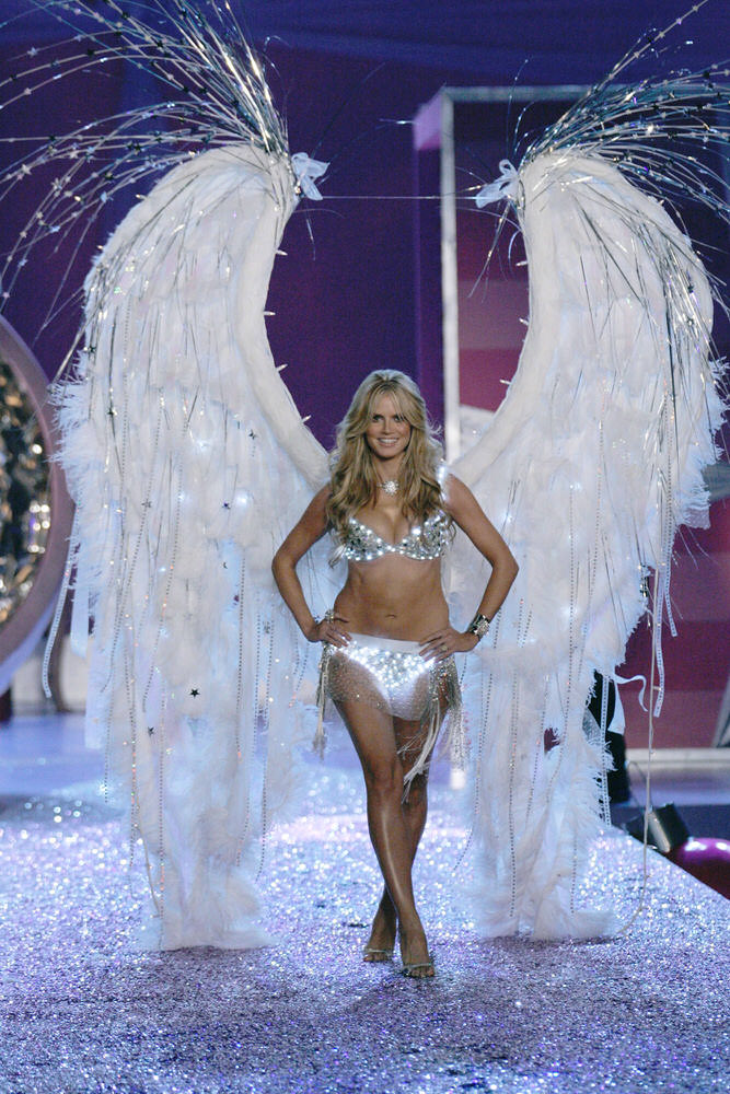 Heidi Klum – 3 Sexy Crystal Princesses – Victoria's Secret Fashion Show 2005 [x 109]