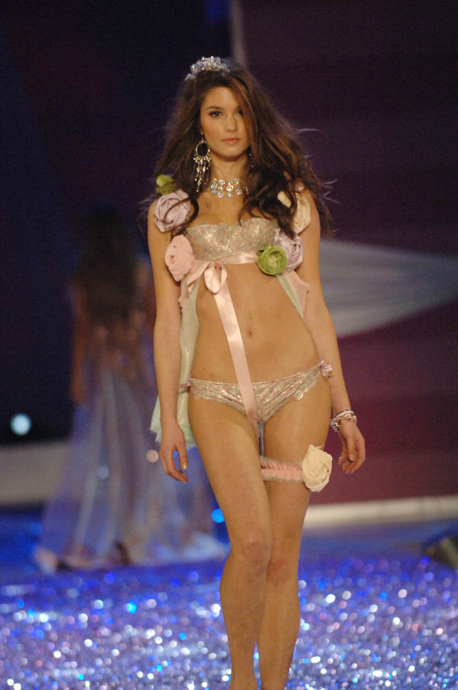 Marija Vujovic – 3 Sexy Crystal Princesses – Victoria's Secret Fashion Show 2005 [x 6]