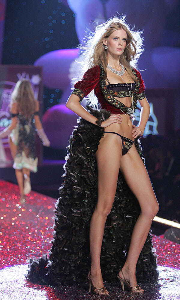 Julia Stegner – 4 Sexy Russian Babes – Victoria's Secret Fashion Show 2005 [x 17]