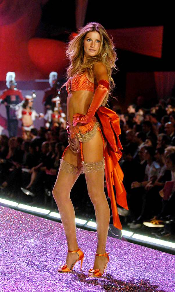 Gisele Bundchen – 6 Sexy Toys – Victoria's Secret Fashion Show 2005 [x 66]