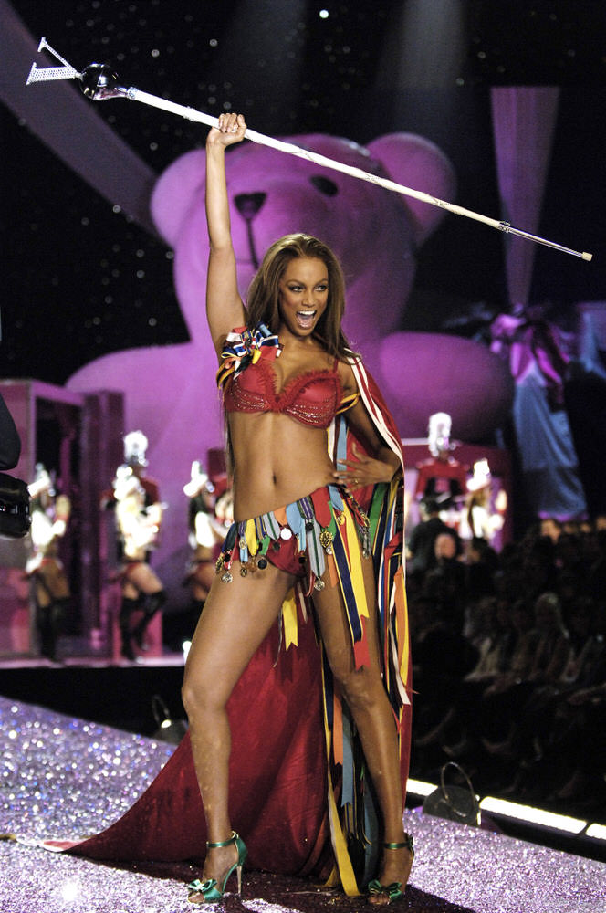 Tyra Banks – 6 Sexy Toys – Victoria's Secret Fashion Show 2005 [x 75]