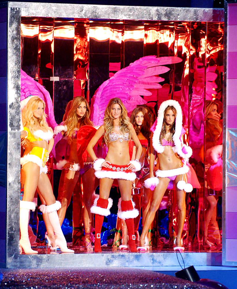 Opening – Runway – Victoria's Secret Fashion Show 2005 [x 18]