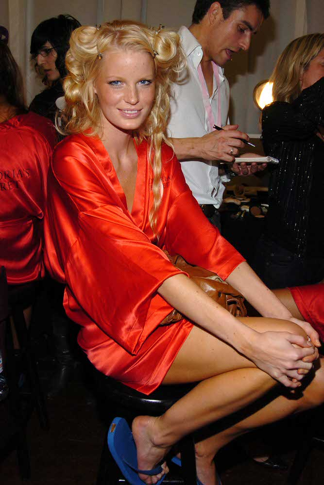 Caroline Winberg – Backstage – Victoria's Secret Fashion Show 2005 [x 7]