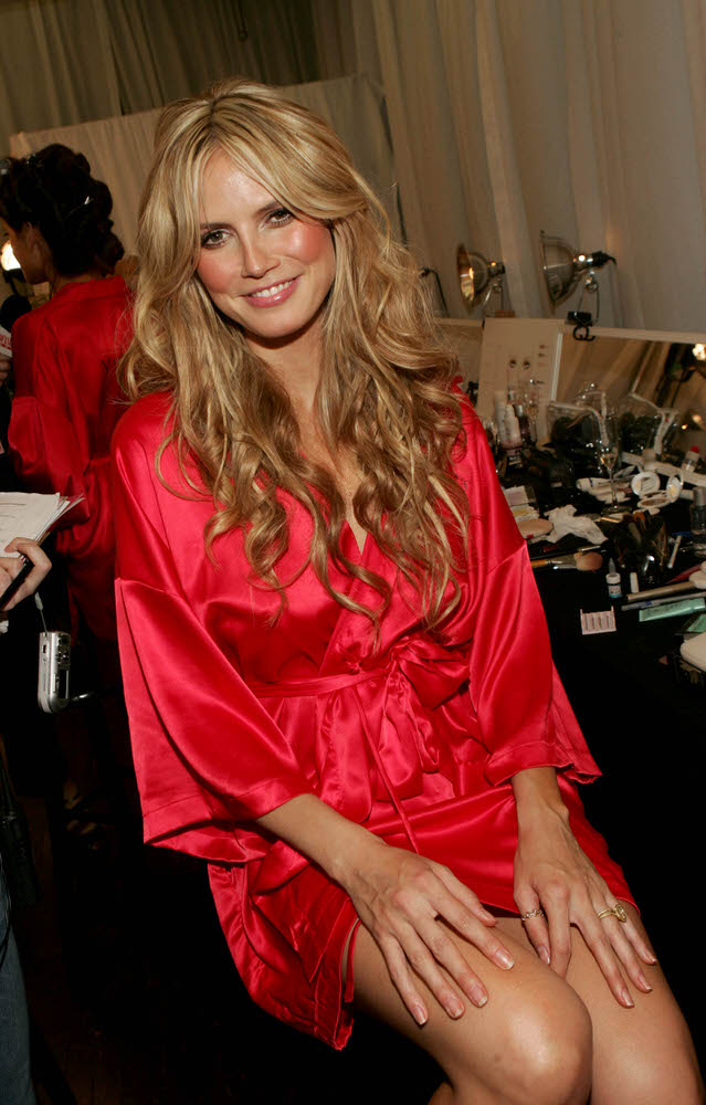 Heidi Klum – Backstage – Victoria's Secret Fashion Show 2005 [x 55]
