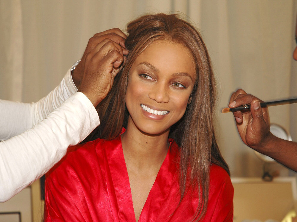 Tyra Banks – Backstage – Victoria's Secret Fashion Show 2005 [x 30]