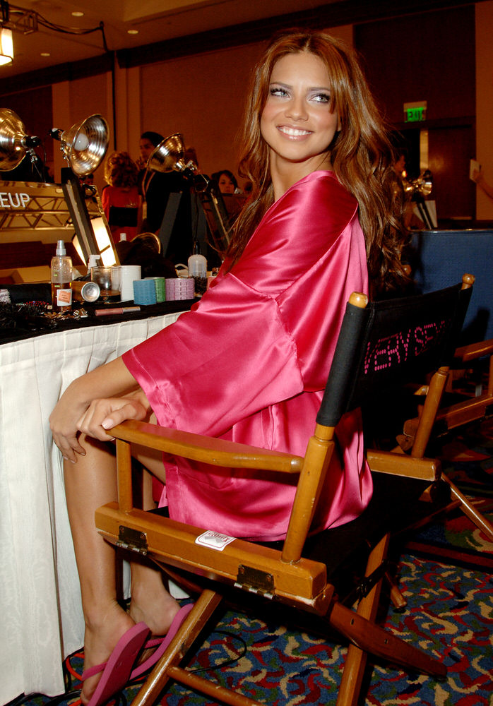 Adriana Lima – Backstage – Victoria's Secret Fashion Show 2006 [x 116]