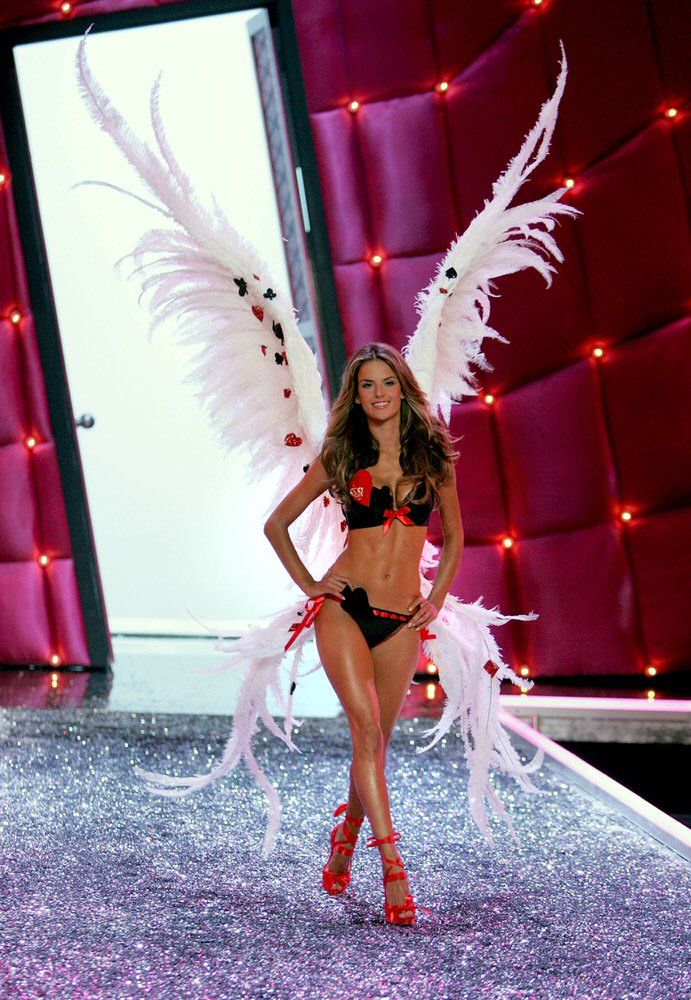 Alessandra Ambrosio – 2 Coquettish Fetish – Victoria's Secret Fashion Show 2006 [x 58]